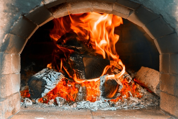 Традиционная печь для пиццы в дровяной камин в ресторане Premium Фотографии