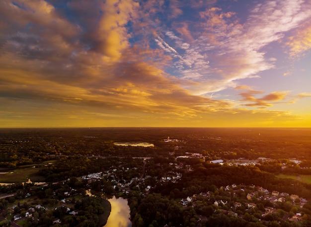 Вид жилого района над крышами домов раннего рассвета Premium Фотографии
