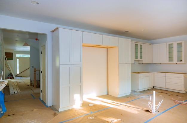 Кухня реконструируют красивую кухонную мебель Premium Фотографии