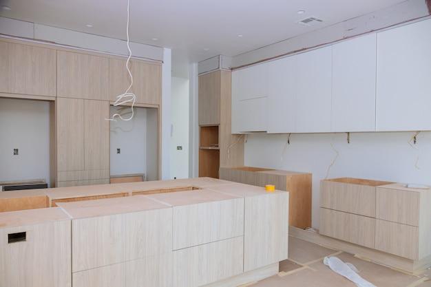 Кухонные шкафы на заказ на разных этапах монтажа базы Premium Фотографии