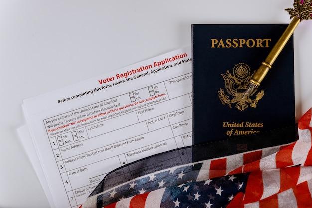 米国大統領選挙の有権者登録申請米国旗の米国パスポート Premium写真