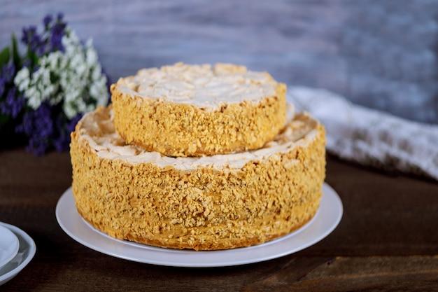 花と白いプレートケーキナポレオン Premium写真