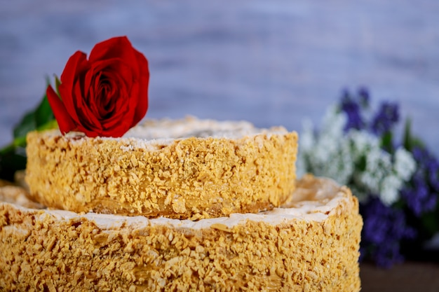 砕いたナッツと花の自家製ケーキ Premium写真