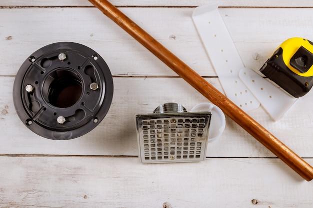 シャワーの床排水、銅パイプに配管するツール Premium写真