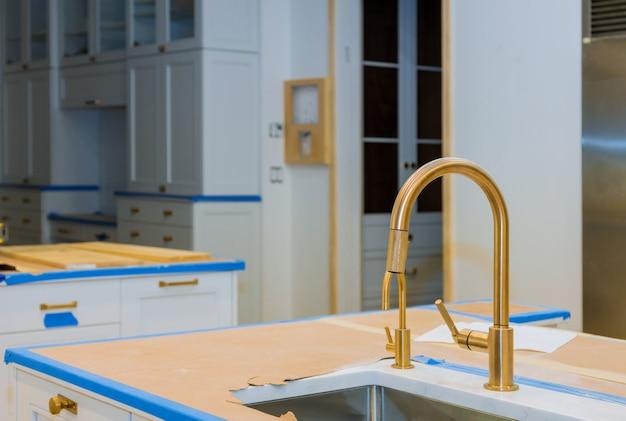 新しい家電とキッチンのシンクを備えたモダンな国内キャビネット Premium写真