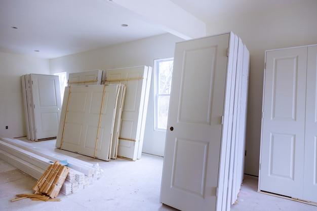 アパートの修理のための新しい家のインストール材料は、建設中、改造、再建、および改修のドアです Premium写真