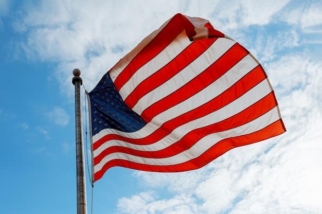 Американский флаг на голубом небе Premium Фотографии