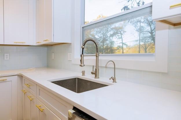 Новая классическая кухня в современном стиле с новой раковиной Premium Фотографии