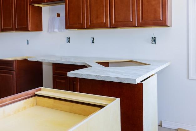 新しいキッチンフォルミカカウンタートップのインストール Premium写真