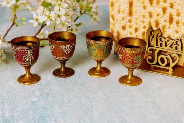 Еврейский праздник пасха с мацой, праздник песах, четыре чашки кошерного вина Premium Фотографии