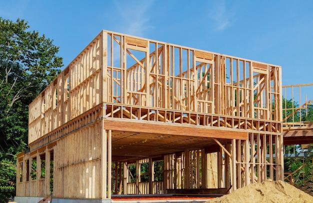 建設中の新しい家のフレーミングビーム Premium写真