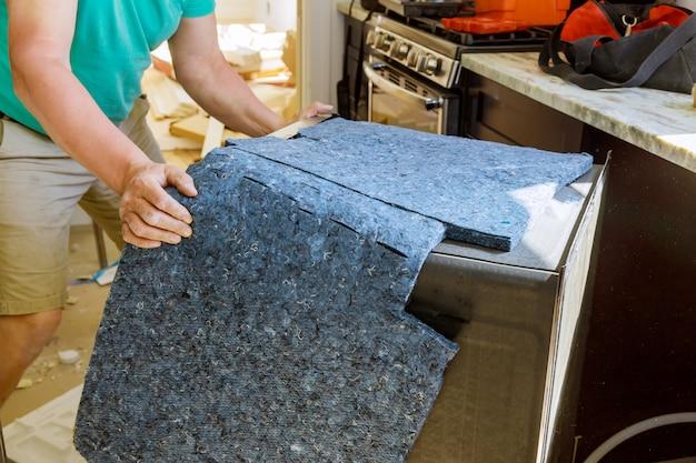Мужской техник, ремонт посудомоечной машины на кухне Premium Фотографии