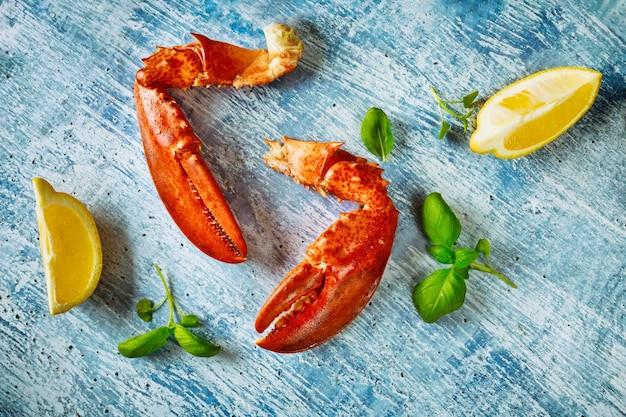 Вкусный ужин из морепродуктов свеже-вареного лобстера Premium Фотографии