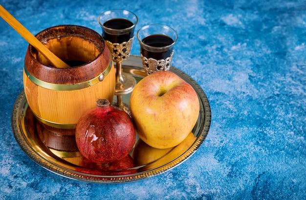 На столе в синагоге находятся символы рош ха-шана, яблока и граната Premium Фотографии