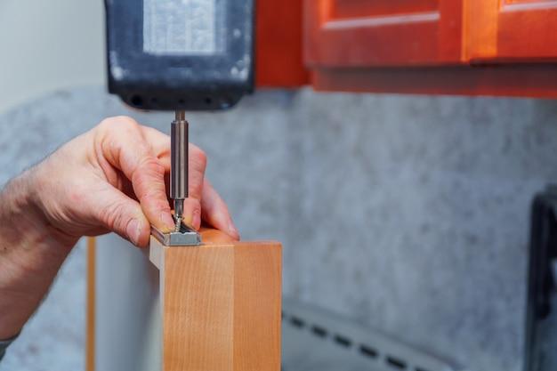 Концепции домашнего улучшения и дизайна интерьера. подрядчик устанавливает новую кухонную полку петли Premium Фотографии