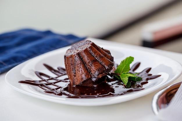 プレート上のチョコレートフォンダン Premium写真