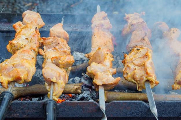 金属製の串焼き焼きケバブ。焼肉はバーベキューで調理しました。 Premium写真
