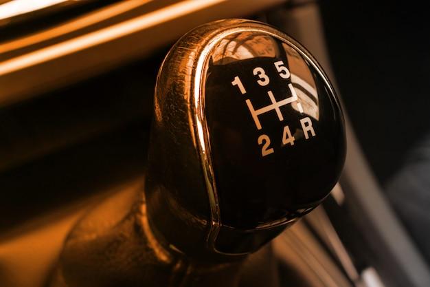 車内の手動変速機トランスミッションハンドルをクローズアップ Premium写真