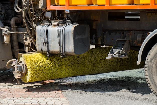 街路清掃用のブラシ車。 Premium写真
