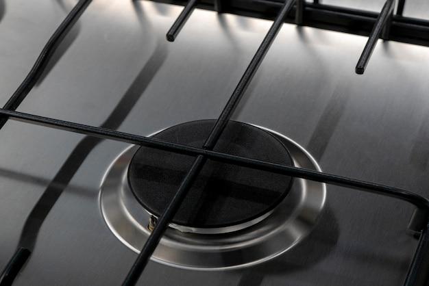 台所で調理するための現代のガスストーブ。 Premium写真