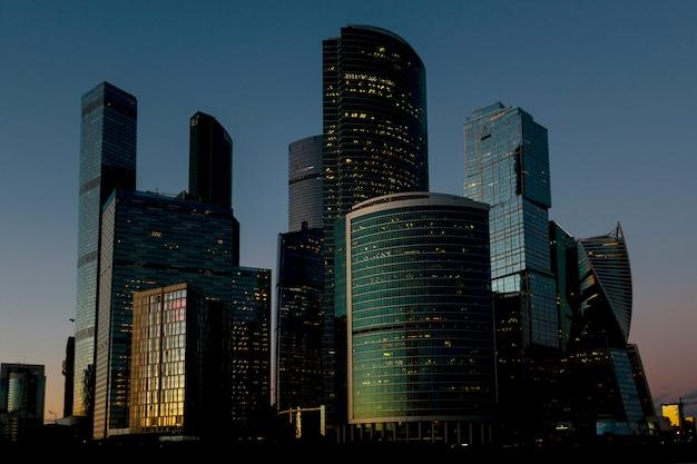 Небоскребы в лучах заката. Premium Фотографии