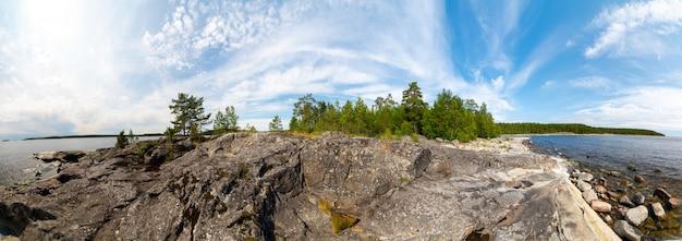 ラドガ湖の島。美しい風景-水、松と岩。 Premium写真