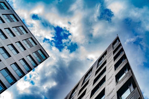 Высотные здания современного города, вид снизу, Premium Фотографии