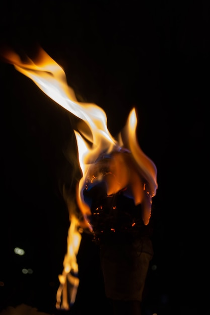 雪の背景に暗い夜に自家製のトーチの炎 Premium写真
