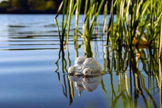 Пластиковая бутылка плывет по реке. концепция загрязнения воды Premium Фотографии