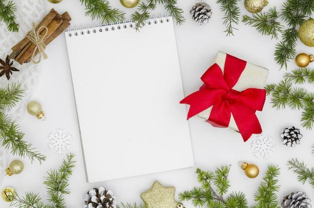 クリスマスと新年モックアップ。空のメモ帳と装飾 Premium写真