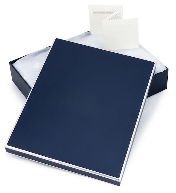 白で隔離されるメモで青いギフトボックスを開く Premium写真