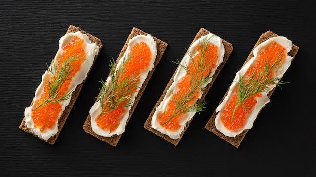 マスキャビア、豆腐チーズ、ディル、平干し、ケトダイエットのサンドイッチ。 Premium写真