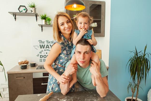 台所で幸せな笑顔の白人家族 Premium写真