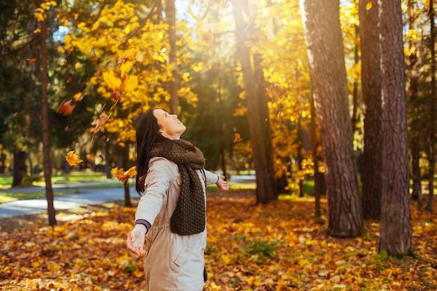 Красивая элегантная женщина в осенний парк. осень желтый лес Premium Фотографии
