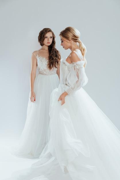 結婚式のメイクと髪型と長い白いドレスの美しい花嫁 Premium写真