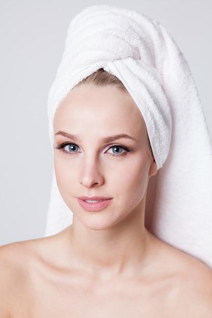 Картинки девушек с полотенцем на голове