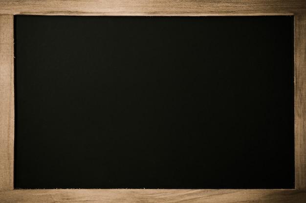 木製の枠線を持つ空白の黒板。 Premium写真