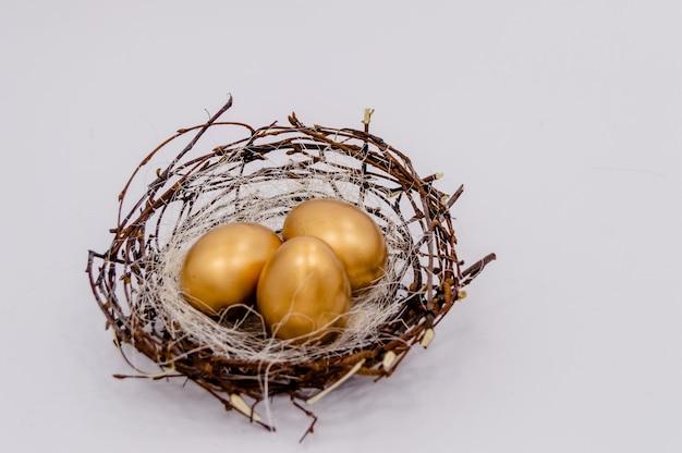 イースター金は、白い背景の上の卵を飾った。 Premium写真