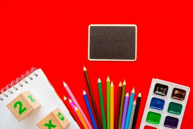 学校に戻るカラフルな黒板 Premium写真
