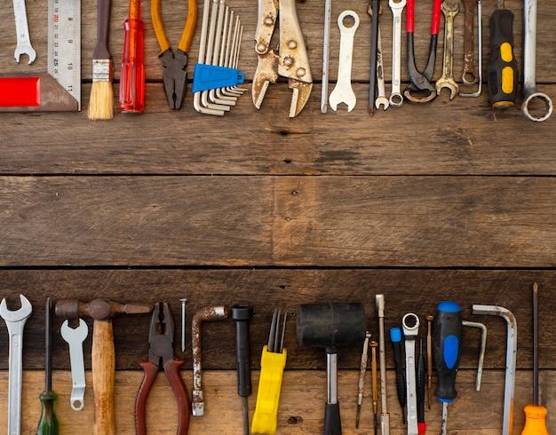 木製のテーブルの上の古いツール Premium写真