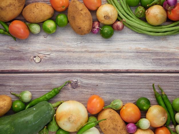 新鮮な野菜、古い木製のテーブル Premium写真