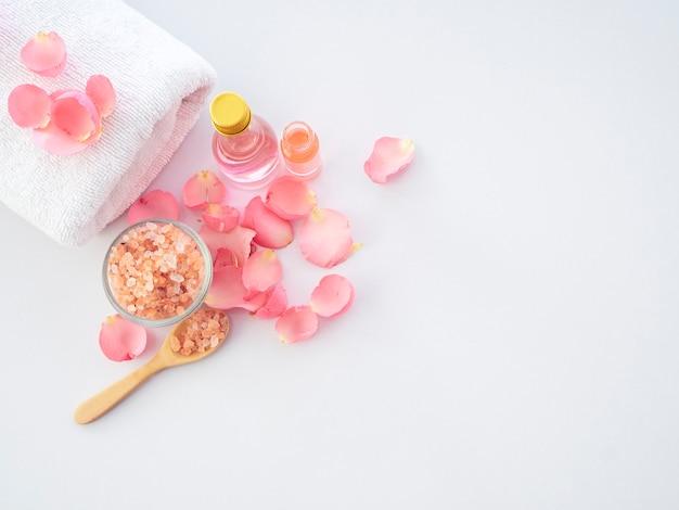 ローズとピンクのヒマラヤ塩の天然スパセット Premium写真