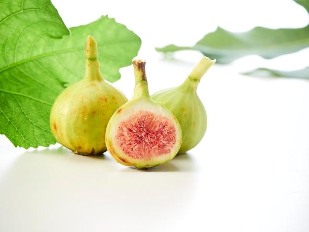 イチジクの葉と果物 Premium写真
