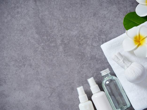 Спа массаж с травяным компрессом и уходом за кожей Premium Фотографии