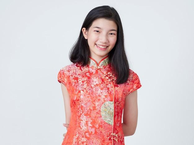 伝統的なチャイナドレスの美しい若い女性 Premium写真