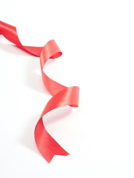 Красная лента изогнутая, изолированные на белом Premium Фотографии
