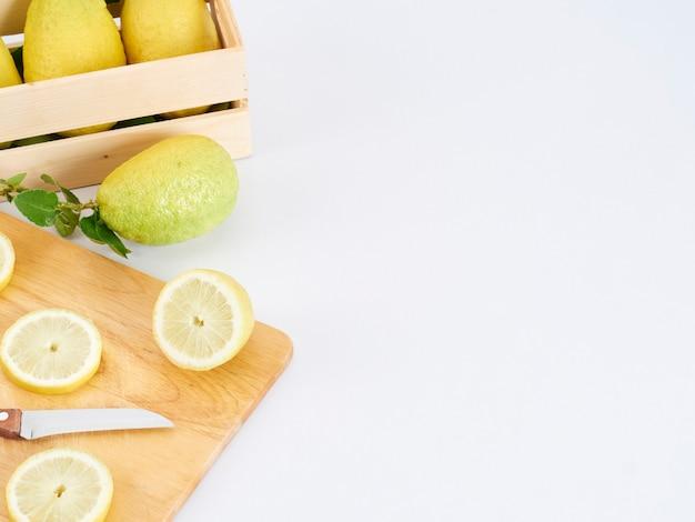 Ломтики лимона на деревянной разделочной доске Premium Фотографии