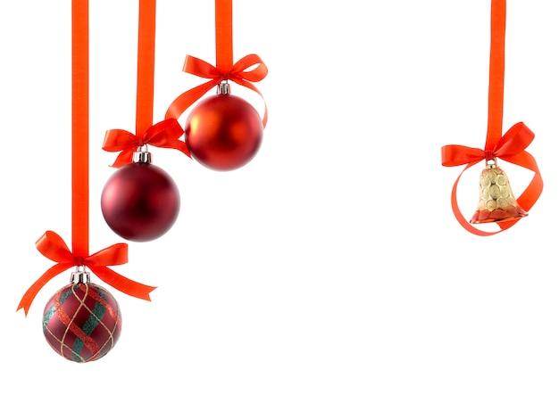 リボンと白い弓のクリスマスボール Premium写真