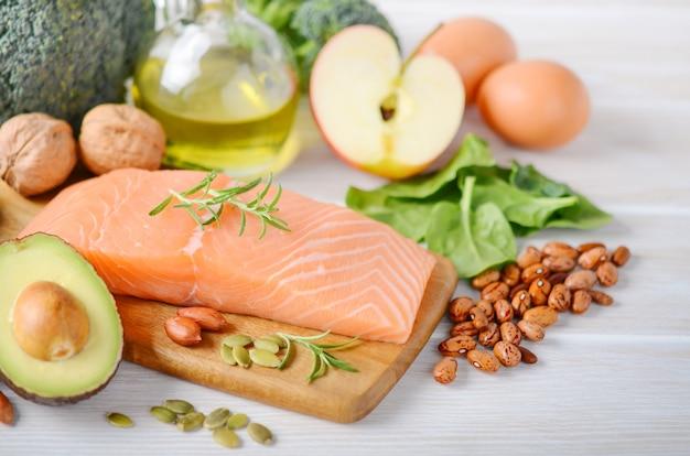 健康的な製品の選択。バランスの取れた食事概念。 Premium写真