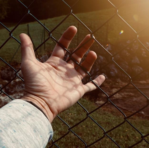 通りで影のシルエット、男の手の影 Premium写真